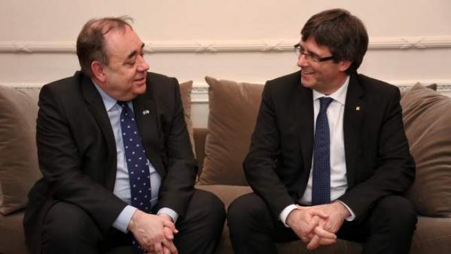 l presidente de la Generalitat, Carles Puigdemont (d), durante la reunión que ha mantenido hoy en Londres con el ex primer minsitro de Escocia, Alex Salmond.