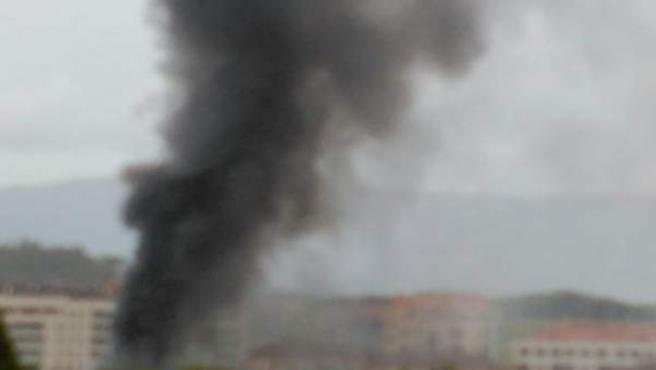 Imagen del humo desprendido por el fuego en Carrocerías Miguel