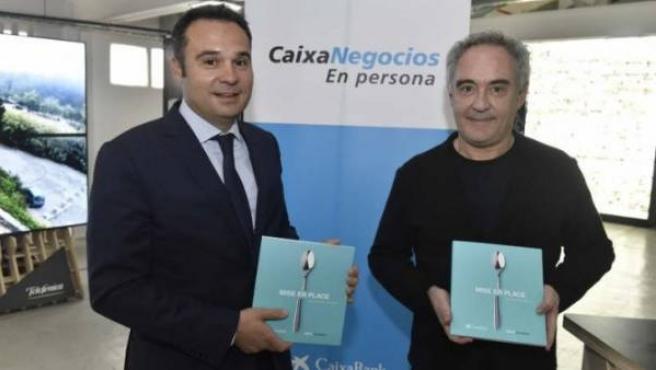 Jordi Nicolau, director territorial de CaixaBank en Barcelona, y Ferran Adriá durante la presentación de la guía.