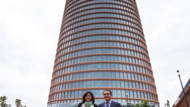 Rosa García de Siemens España, y Rafael Herrado, de CaixaBank, en torre Sevilla