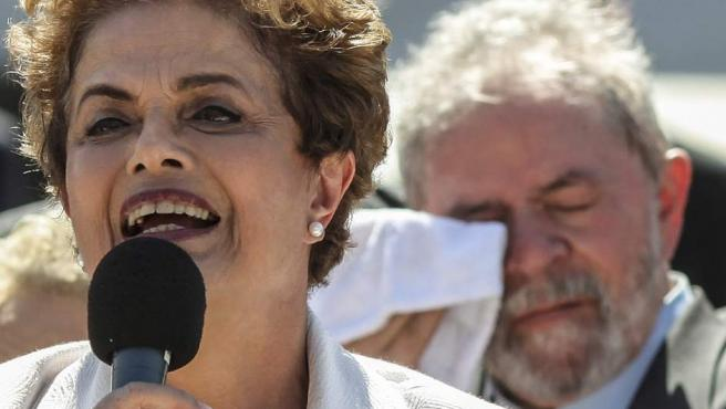 Dilma, en su discurso tras abandonar la presidencia. Tras ella, Lula da Silva.