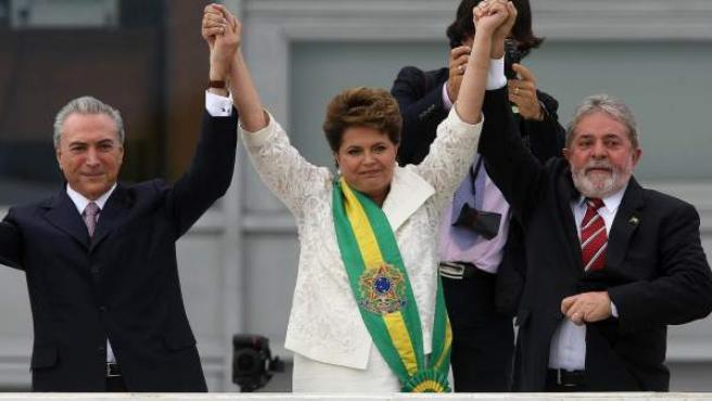 Fotografía de archivo (01/01/2011) de la investidura de la presidenta Dilma Rousseff, acompañada por el actual presidente interino Michel Temer (i), y Lula da Silva (d).