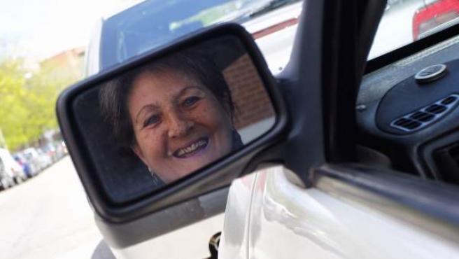 María Luisa G. Muñoz está a punto de cumplir 73 años y conduce un coche de más de veinte. Defiende su derecho a conducir mientras tenga reflejos.