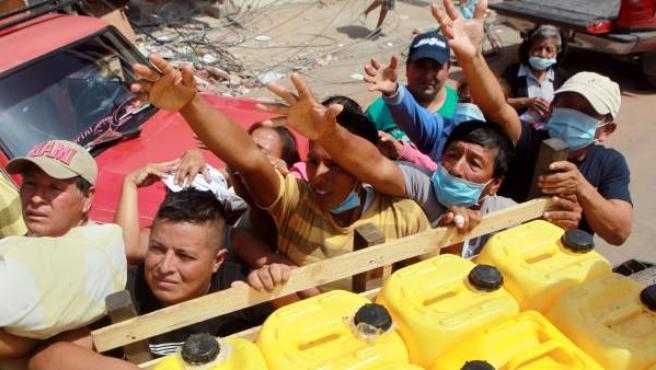 Supervivientes del terremoto esperando recibir ayudas humanitarias en Manta (Ecuador).
