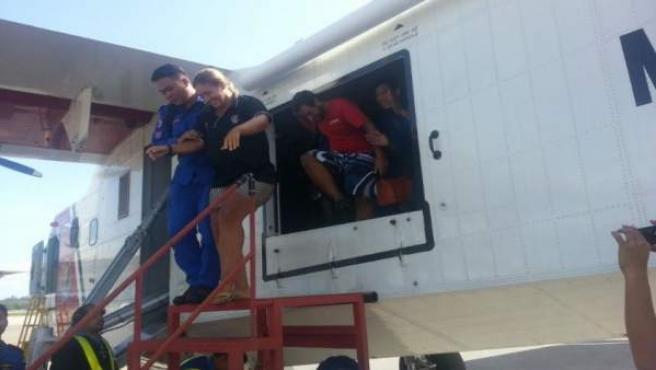 Españoles rescatados de Malasia llegan al aeropuerto de Borneo