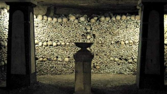 Una cripta dentro de las catacumbas de París.