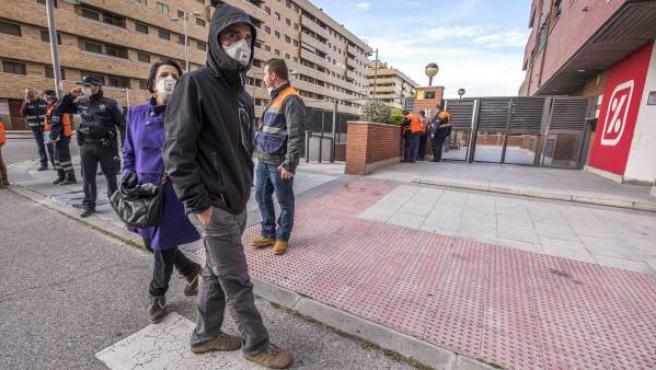 Varios personas con mascarilla durante el desalojo de los vecinos de la urbanización El Quiñón de Seseña (Toledo) para evitar cualquier tipo de riesgo a la población por la nube de humo producida a raíz del incendio del vertedero de neumáticos.
