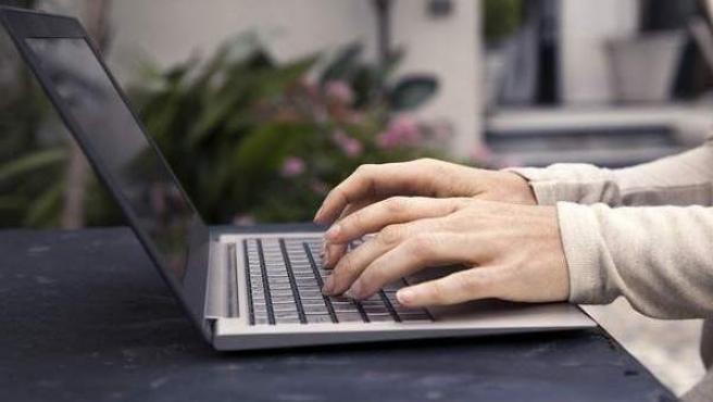 Hacerse pasar por otra persona en internet está penado por ser considerado un delito contra el honor.