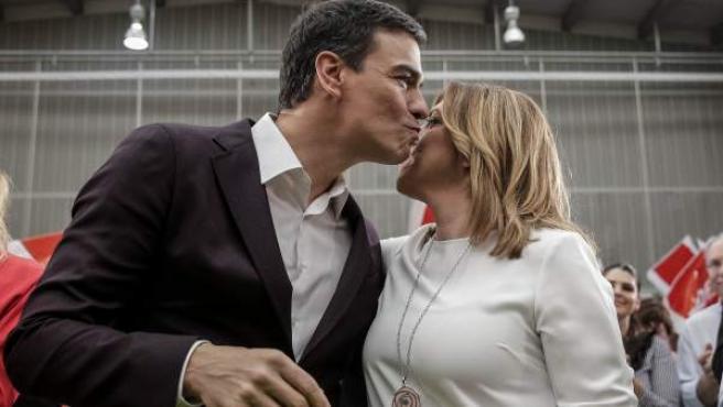 Pedro Sánchez, saluda a la presidenta de Andalucía, Susana Díaz, al inicio de su presentación como candidato del partido a la Presidencia del Gobierno.