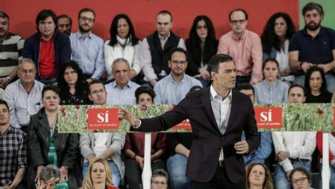 El secretario general del PSOE, Pedro Sánchez, durante su presentación como candidato del partido a la Presidencia del Gobierno, en un acto celebrado en el pabellón Los Rosales de la localidad madrileña de Móstoles.