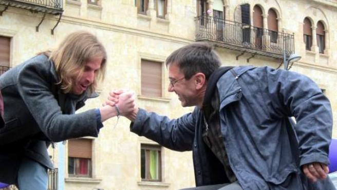 El procurador Pablo Fernández choca la mano con Juan Carlos Monedero