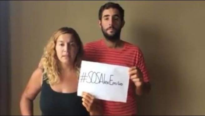 Marta Miguel y David Hernández apoyando la campaña solidaria con Álex y Emilio.
