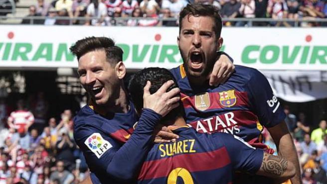 El delantero uruguayo del FC Barcelona Luis Suárez (c) celebra con sus compañeros, el delantero argentino Leo Messi (i) y el defensa Jordi Alba (d), el primer gol ante el Granada.