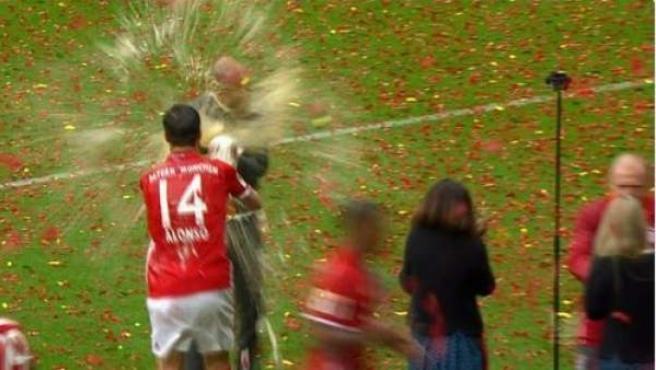 Xabi Alonso baña a Guardiola en cerveza en el Allianz Arena.