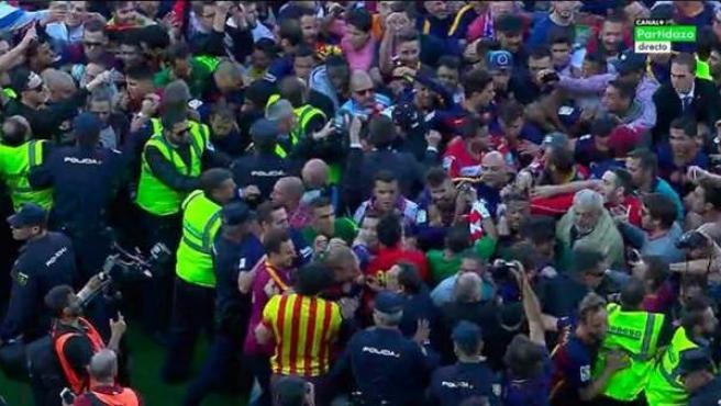 Invasión de campo en el Nuevo Los Cármenes durante la celebración del Barçac.