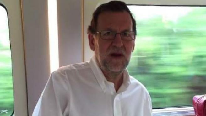 El presidente del Gobierno, Mariano Rajoy, dando ánimos a Barei de cara a Eurovisión.