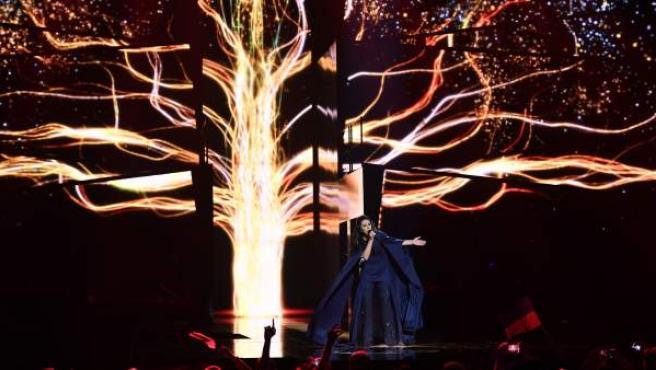 La representante ucraniana Jamala, ganadora de Eurovisión 2016, durante su interpretación en el escenario del tema '1944'.
