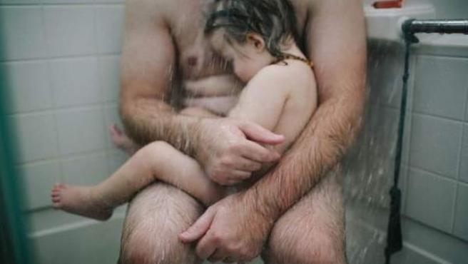 Esta doto de un padre con su hija enferma en la ducha fue censurada por Facebook en numerosas ocasiones.