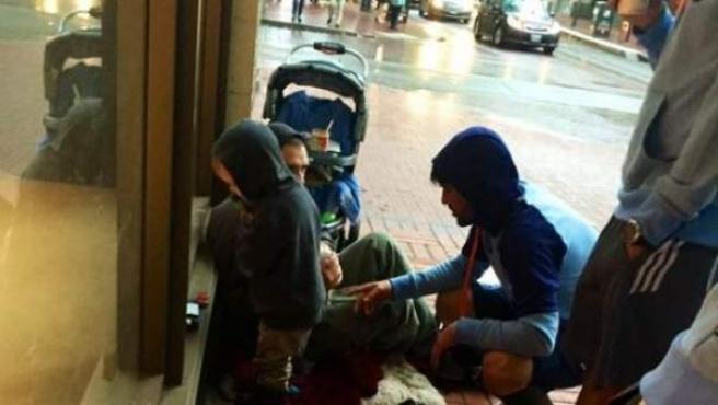 David Villa, jugador del New York City FC, atendiendo a dos sintecho en una calle de la ciudad de Portland.
