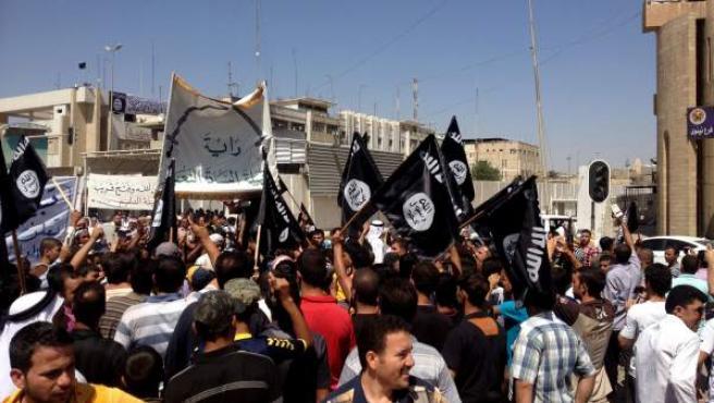 Manifestantes con banderas del Estado Islámico en Mosul.