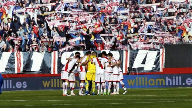 Los jugadores del Rayo Vallecano al inicio del partido de la última jornada de Liga que disputaron frente al Levante