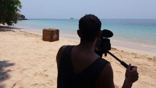 Un cámara de 'Supervivientes' graba imágenes de recurso en Playa Uva, una de las localizaciones del reality.