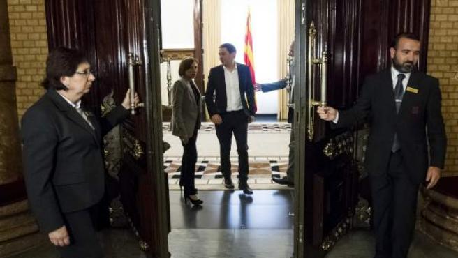 La presidenta del Parlament, Carme Forcadell (i) despide al líder abertzale y secretario general de Sortu, Arnaldo Otegi (d) tras la reunión que mantuvieron en su despacho.