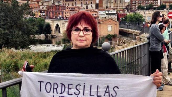 Una activista antitaurina muestra un trozo de sábana con un dibujo y una inscripción en contra del Toro de la Vega de Tordesillas.
