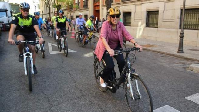 La alcaldesa de Madrid, Manuela Carmena, durante su participación en un acto para promocionar el uso de la bicicleta con motivo de la Semana Europea de la Movilidad. Además, el consistorio madrileño ha cerrado este martes al tráfico la Gran Vía durante cuatro horas.