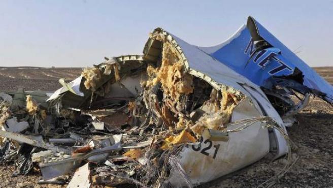 Imagen de los restos del avión ruso estrellado en la península del Sinaí con 224 personas a bordo.