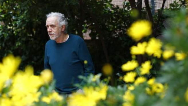 Fernando Trueba en el jardín de su casa