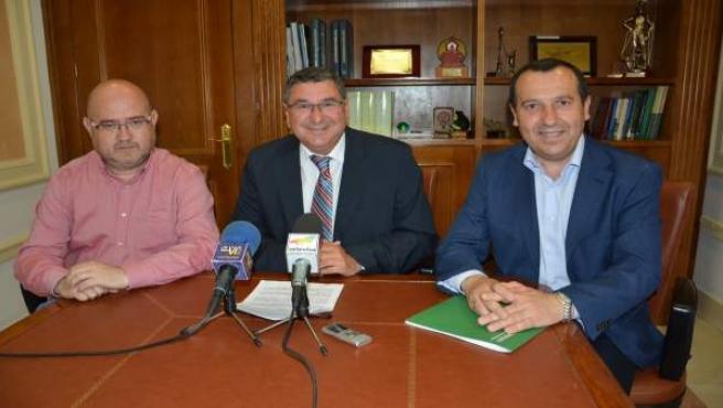 Antonio Moreno Ferrer, alcalde de Vélez, y José Luis Ruiz Espejo, delegado Junta