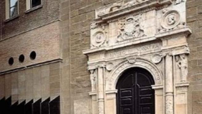Puerta del Museo de Navarra.