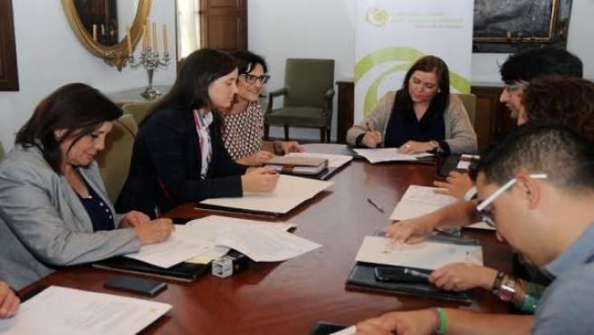 Ana Carrillo (centro) durante la firma de convenios