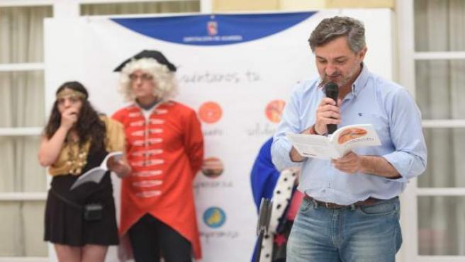 El diputado Ángel Escobar ha comenzado la lectura de un cuento infantil.