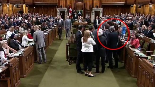 El primer ministro canadiense, Justin Trudeau, justo en el momento de dar el supuesto codazo a una diputada opositora.