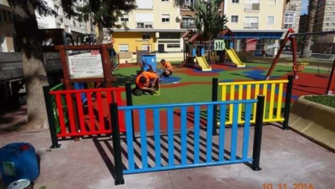 Operarios en un parque infantil de Máalga