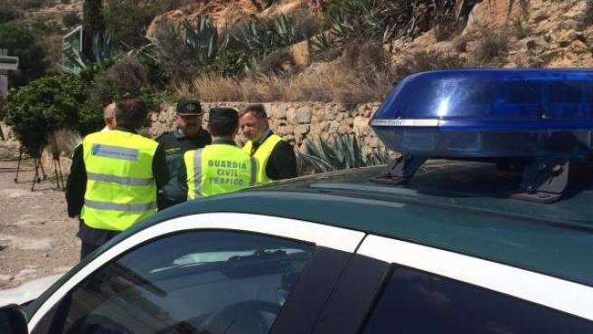 Agentes de la Guardia Civil en un control de tráfico