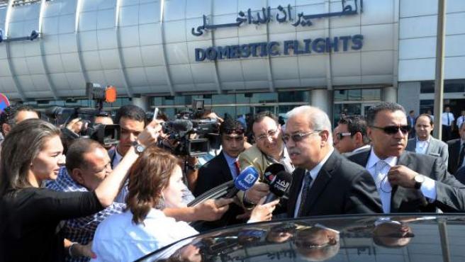 El primer ministro egipcio Sherif Fathi habla a la prensa en el aeropuerto de El Cairo.