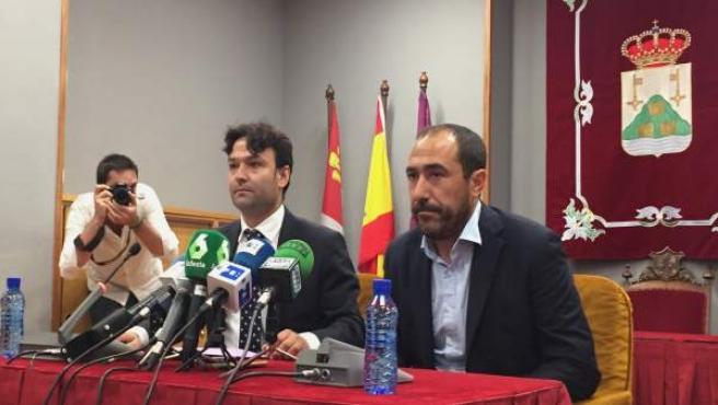 El alcalde de Tordesillas (izquierda) junto al portavoz del PP en el Ayuntaminto