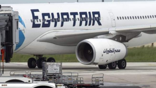 Un coche de policía junto a un avión de la compañía Egyptair en el aeropuerto de Charles de Gaulle en París.