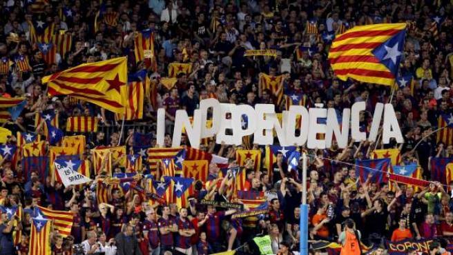Banderas 'esteladas' y gritos de independencia en el Camp Nou.