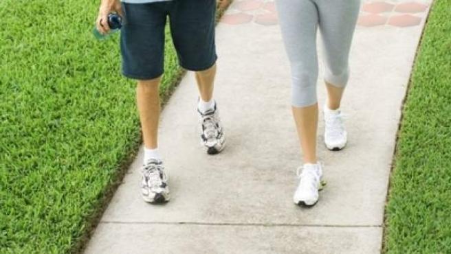 Caminar fortalece los músculos de la cadera, muslos y piernas.