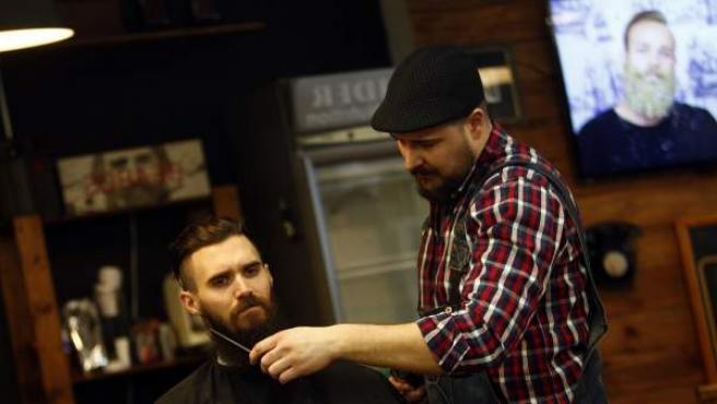 Jaume Martí, de Bearbero, arreglando la barba de un cliente