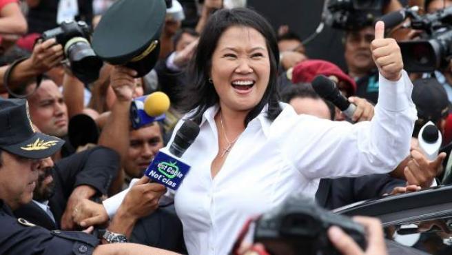 La candidata presidencial peruana por el partido Fuerza Popular, Keiko Fujimori, saluda a sus seguidores tras votar.