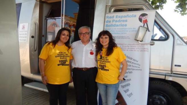 Emilio Aumente en el punto de información municipal con voluntarias