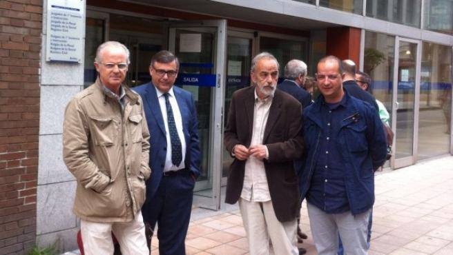 De izquierda a derecha, F.A., Manuel J. Tey Ariza, abogado de F.A., Luis Montes y F.M.