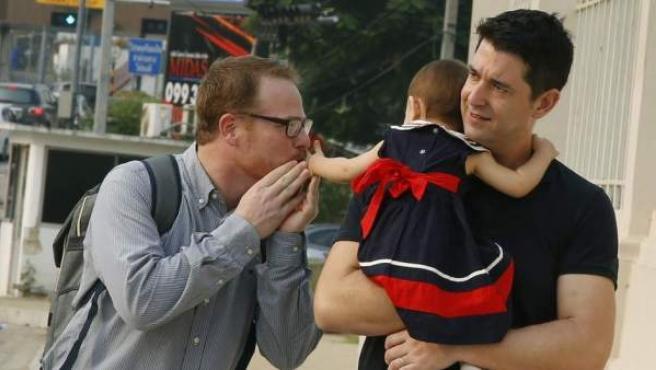 El español Manuel Santos y su pareja, Gordon Lake, con su hija Carmen.