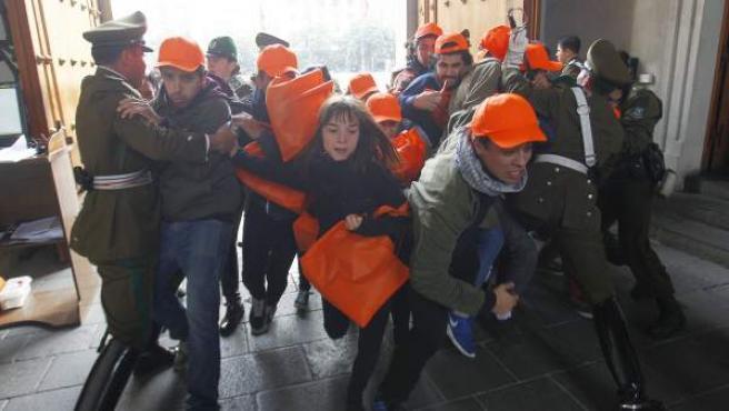 Estudiantes chilenos protestan frente al Palacio de La Moneda, en Santiago.