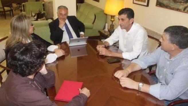 El subdelegado del Gobierno en Huelva, Enrique Pérez Viguera, con UGT.